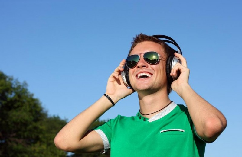 audifonos_joven_feliz