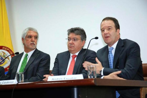 Alcalde de Bogotá, Enrique Peñalosa; ministro de Hacienda, Mauricio Cárdenas; y gerente del Metro, Andrés Escobar Uribe, foto vía web Alcaldía de Bogotá