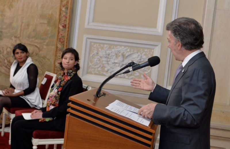 Con la presencia de varias víctimas, entre ellas Natalia Ponce de León, el presidente Juan Manuel Santos sancionó la Ley deácidos, foto vía Presidencia
