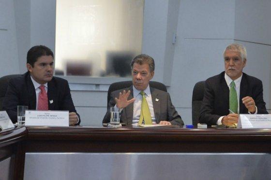 El ministro de Vivienda Luis Felipe Henao, el presidente Juan Manuel Santos y el alcalde de Bogotá, Enrique Peñalosa, foto vía Presidencia