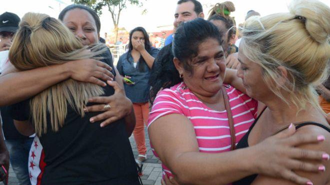 El primer grupo de 180 adultos salió de Costa Rica hacia EE.UU, foto vía BBC
