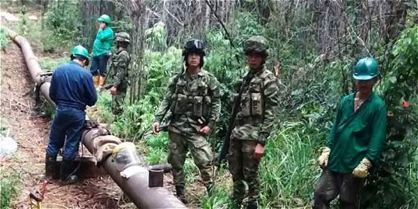 En cada operativo de reparación, hombres del Ejército acompañan a los operarios para verificar que no haya minas sembradas.