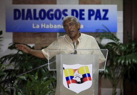El negociador de las FARC, Joaquín Gómez, habla a los medios en La Habana, Cuba, 13 de enero de 2016. La guerrilla de las FARC ve poco probable que se firme un acuerdo de paz con el Gobierno colombiano que cumpla con un plazo límite del 23 de marzo, pese a que las partes están haciendo todos los esfuerzos por avanzar, dijo un representante del grupo rebelde en La Habana. REUTERS/Enrique de la Osa