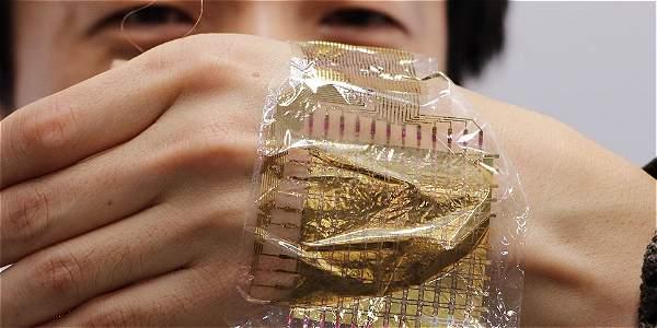 Lee Sung -Won, de la Universidad de Tokio, muestra el sensor que contiene nanotubos de carbono, foto vía AFP