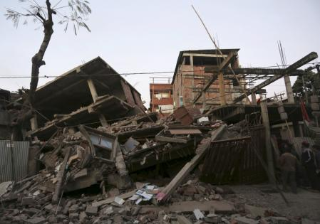Un potente seísmo golpeó el sur de Asia antes del amanecer el lunes, matando al menos a nueve personas e hiriendo a casi 200 más, mientras los equipos de rescate se esforzaban por liberar a los atrapados entre escombros en medio de cortes eléctricos y de telecomunicaciones. En la foto, varias casas dañadas por el terremoto en la ciudad india de Imphal el 4 de enero de 2016. REUTERS/Stringer