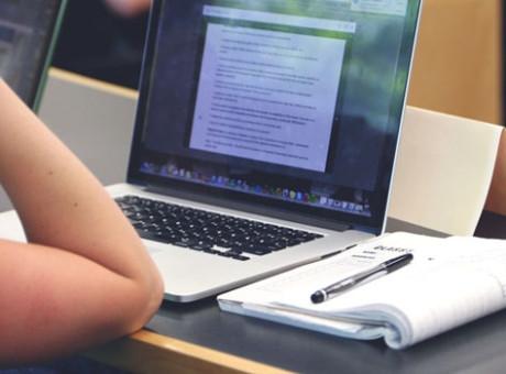 Tesis, estudiante, foto vía Pexels