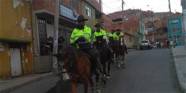 Un equipo de Carabineros también participó en el trabajo de vigilancia en el sur de Bogotá, foto vía Twitter Policía Bogotá