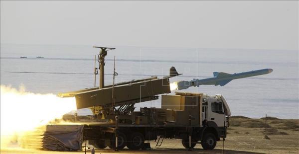 Un misil tipo (Qader) parte desde una lanzadera del ejército iraní cerca del Estrecho de Ormuz, en Irán, en enero de 2012, foto vía EFE