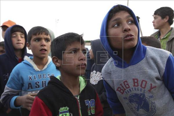 Varios niños refugiados sirios observan en el campo de Zattari, cerca de Mafraq, Jordania, foto vía EFE