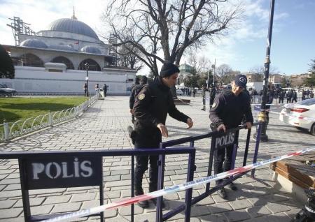Policías turcos cierran el área de una explosión en el centro de Estambul. 12 de enero de 2016. Diez personas murieron y 15 resultaron heridas en Turquía el martes después de que una fuerte explosión sacudió una céntrica plaza de Estambul, dijo la oficina del gobernador de Estambul en un comunicado. REUTERS/Osman Orsal