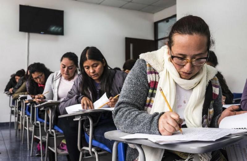 Adultos en el colegio, foto vía Alcaldía de Bogotá