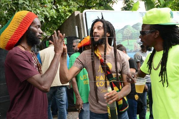 El cantante Julian Marley (c), hijo del icono de la protesta social y máximo exponente del reggae y el movimiento rastafari, Bob Marley, foto vía EFE