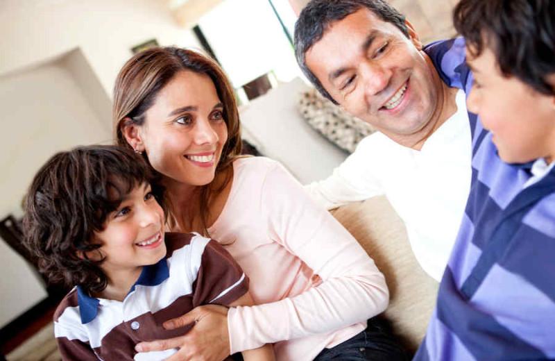 Familia, hablando foto vía TeleMundo - Shutterstock