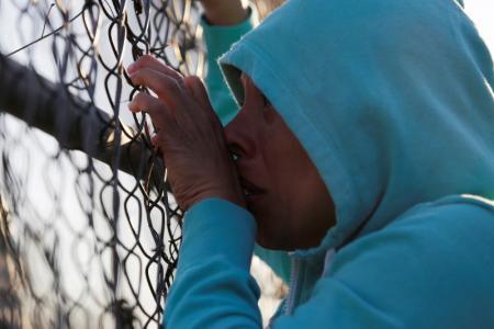 Una familiar de un recluso mira hacia la prisión Topo Chico, en Monterrey, México, 11 de febrero de 2016. Una riña entre dos grupos rivales dejó 52 muertos y 12 heridos en una vieja y sobrepoblada cárcel del noreste de México, a pocos días de que el Papa Francisco visite una prisión en el país azotado por la violencia del crimen organizado. REUTERS/Daniel Becerril