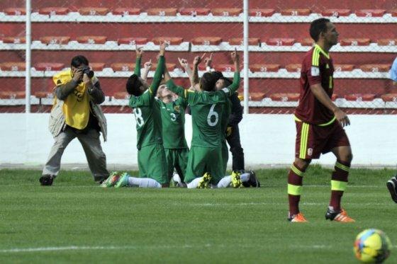 Los jugadores de Bolivia celebran la victoria contra Venezuela por eliminatorias, foto oto vía AFP
