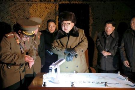En la imagen, el lider norcoreano Kim Jong Un habla con oficiales en un simulacro de lanzamiento de cohete balístico de la Fuerza Estratégica del Ejército Popular de Corea del Norte en una localización desconocida en esta foto sin fechar publicada por la Agencia Central de Noticias de Corea del Norte en Pyongyang, el 11 de marzo de 2016. Corea del Norte lanzó el viernes al menos un misil balístico que voló por unos 800 kilómetros antes de caer al mar frente a la costa este del país, dijo el Ejército de Corea del Sur, intensificando su actitud desafiante ante las nuevas sanciones de Naciones Unidas y Estados Unidos. REUTERS/KCNA