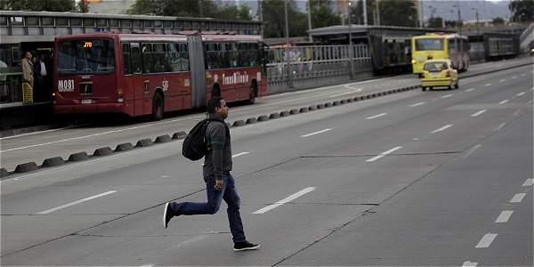 Peatones, foto vía El Tiempo