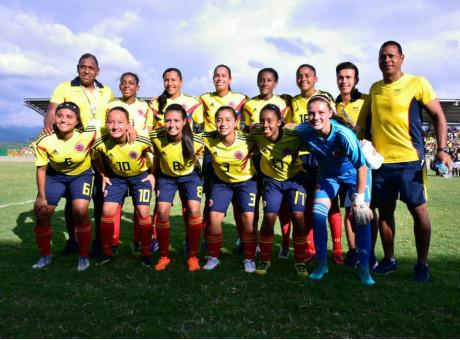 Selección Colombia Femenina medalla de Oro en Juegos Bolivarianos, foto vía El Espectador - Radio Universitaria URepublicanaRadio