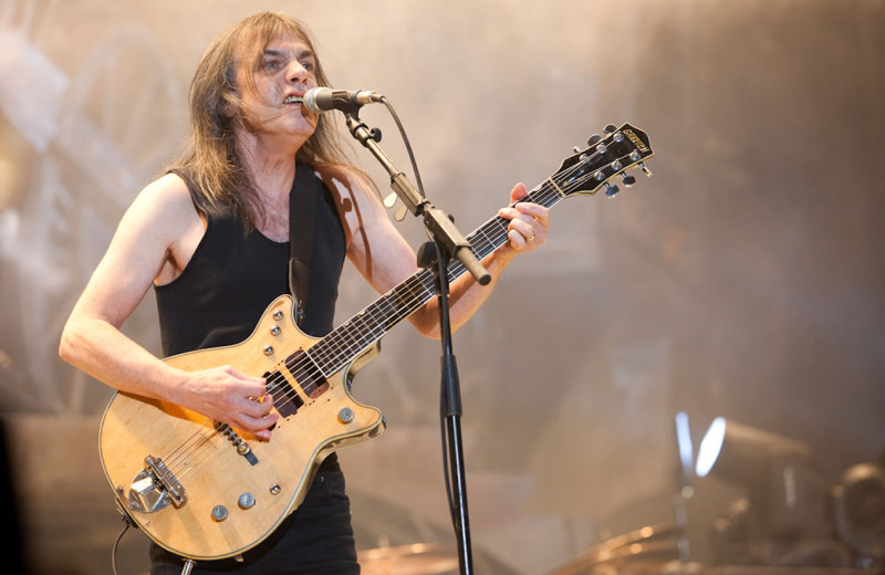 Malcom Young falleció-muere-Malcolm-Young-ACDC, foto vía MetalSucks - radio universitaria urepublicanaradio