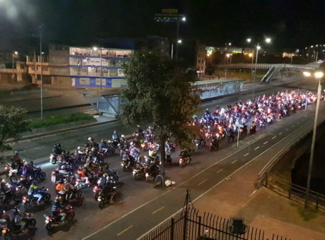 Protesta Motociclista en Bogotá por prohibición de parrillero hombre, foto vía El Espectador plan tortuga